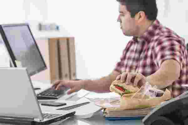 为什么我要求我的团队停止在他们的办公桌前吃午餐