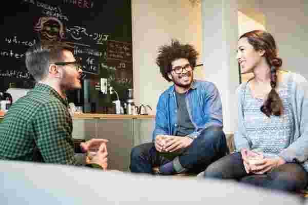 通过在正式环境之外与团队交谈来吸引和激励团队